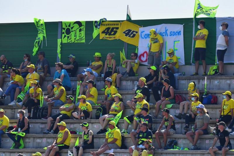 Para pendukung Valentino Rossi di Sirkuit Misano tahun lalu, tahun ini tetap diwajibkan jaga jarak aman. (Foto: motorcyclesports)