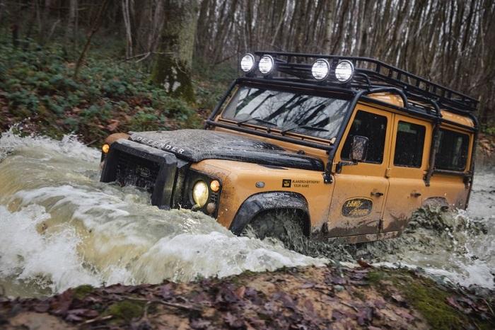 Tampang gahar mobil Land rover Defender Trophy Edition yang menjelajah medan berat