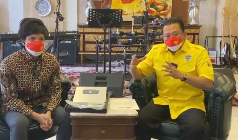 Bamsoet didampingi youtuber dan pengurus IMI Pusat Atta Halilintar sampaikan konsep beryoutube ria melalui Bamsoet Channel