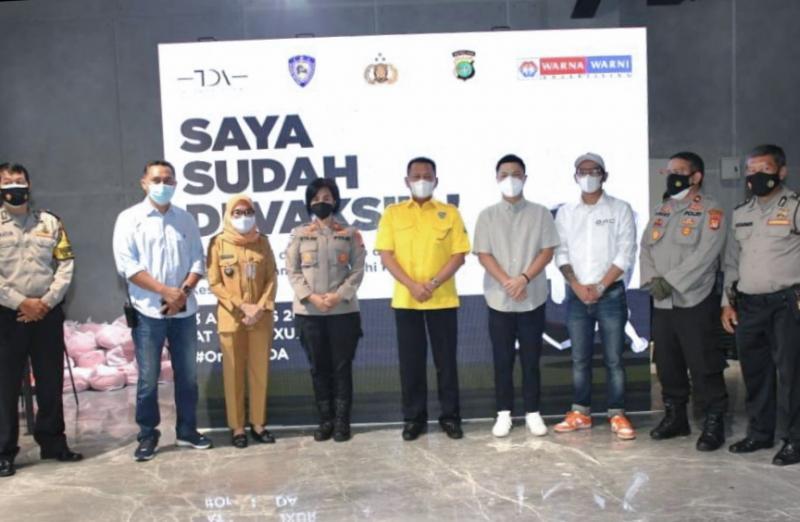 Ketum IMI Pusat Bamsoet tinjau Sentra Vaksinasi Merdeka sambil berbagi sembako dan apresiasi Kapolda Metro Jaya Irjen Fadil Imran