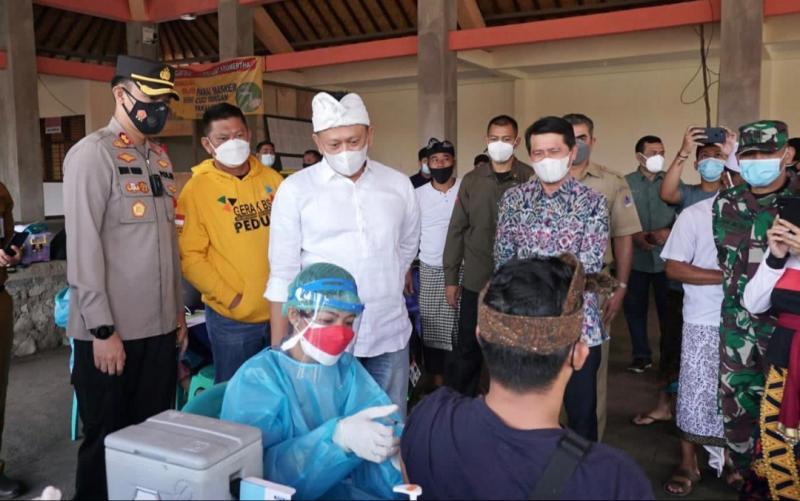 Ketum IMI Pusat Bambang Soesatyo bersama Bupati Klungkung Bali I Nyoman Suwirta meninjau pelaksanaan vaksinasi Covid-19 dosis ke-2 terhadap warga Klungkung di UPTD Puskesmas Banjarangkan II Klungkung dan Dusun Mertasari Banjarangkan Klungkung Bali.