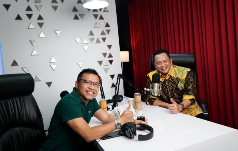 Bamsoet (kanan) mengundang musisi dan mantan anggota DPR-RI Anang Hermansyah di Ngobras Bamsoet Channel