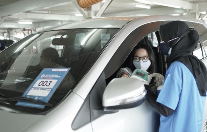 Sentra vaksinasi RSUI - Toyota dilakukan dengan drive-thru dan walk in di Gedung RSUI Depok