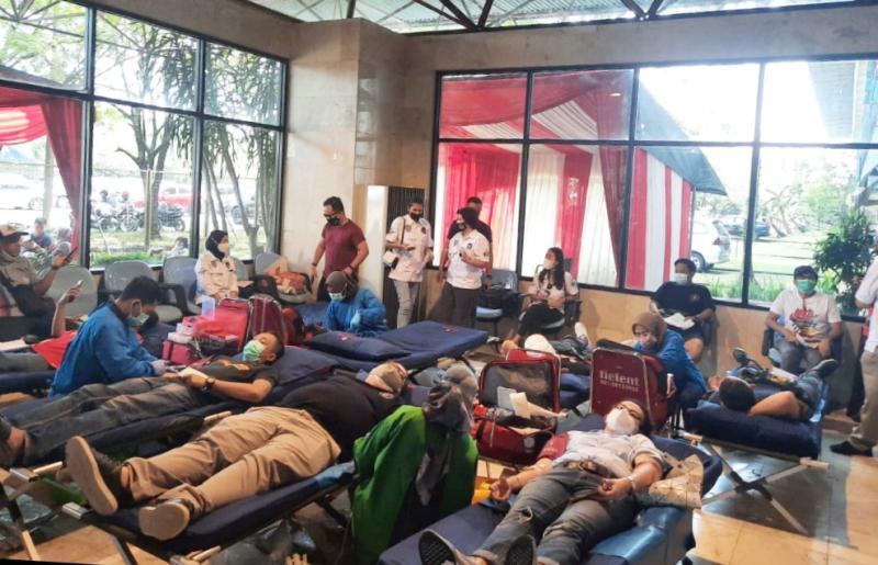 Suasana donor darah dari para anggota komunitas otomotif Rescue IMI DKI Jakarta Peduli Donor Darah di Sentul International Circuit Bogor