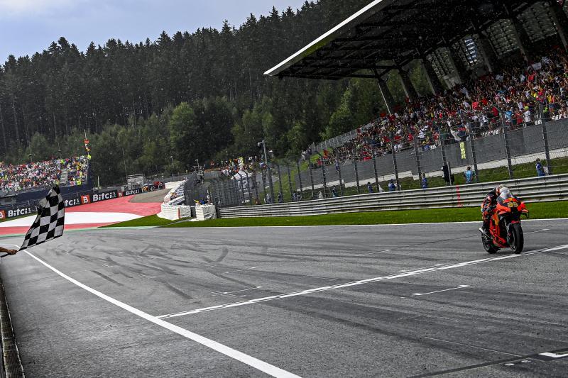 Brad Binder (Afsel/KTM) di garis finish GP Austria, juara kali ke-8 yang berbeda sepanjang musim 2021. (Foto: motogp)