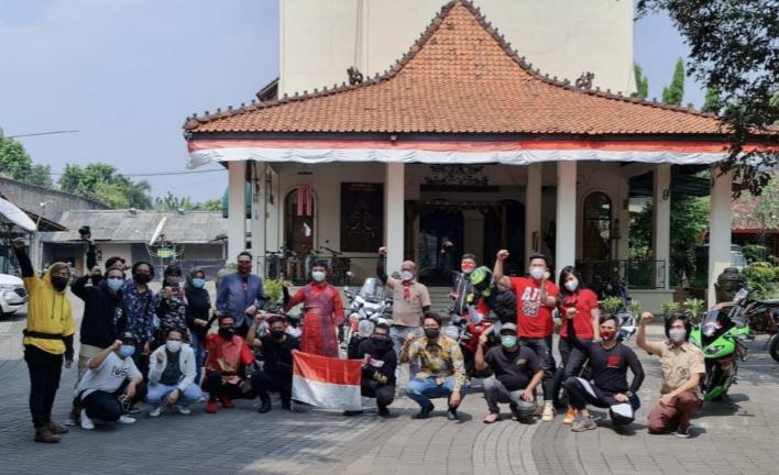 Komunitas riding Tim SunMoRi ikut merayakan HUT RI ke-76 di halaman Warung Solo, Kemang, Jaksel, Selasa (17/8/2021) hari ini