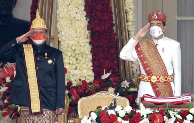 Ketua MPR-RI Bamsoet (kiri) dan Presiden RI Jokowi pada upacara HUT RI ke-76 di Istana Negara Jakarta hari ini