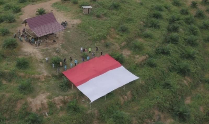 Pengibaran bendera Merah Putih raksasa oleh Karang Taruna Desa Teru Bersama Yamaha