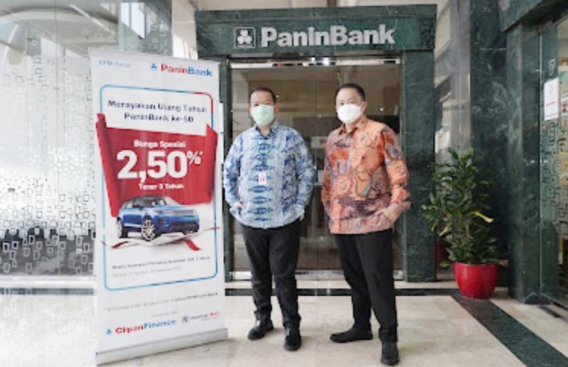 Direktur Utama ClipanFinance Harjanto Tjitohardjojo (kanan) dan Direktur PaninBank Haryono Wongsonegoro