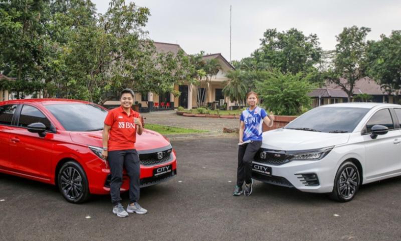 Apriyani (kiri) dan Greysia, City Hatchback RS dipilih sebagai bentuk apresiasi Honda karena paling tepat menggambarkan semangat atlet dengan karakternya yang sporty