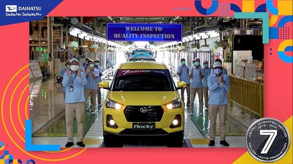 Daihastu Rocky berwarna kuning menjadi produksi mobil ke 7 juta ADM di Indonesia