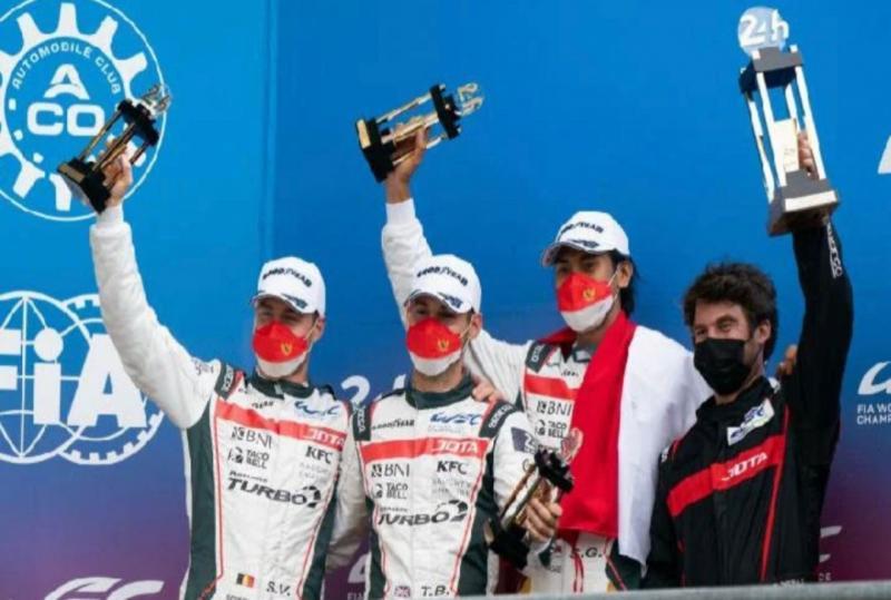 Sean Gelael (nomor 2 dari kanan), Stoffel Vandoorne dan Tom Blomqvist di atas podium 24 Hours of Le Mans di Prancis