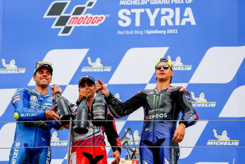 Joan Mir (Suzuki) dan Fabio Quartararo (Yamaha) saat mengapit Jorge Martin (Pramac Ducati) di podium GP Austria lalu. (Foto: speedcafe-motogp)