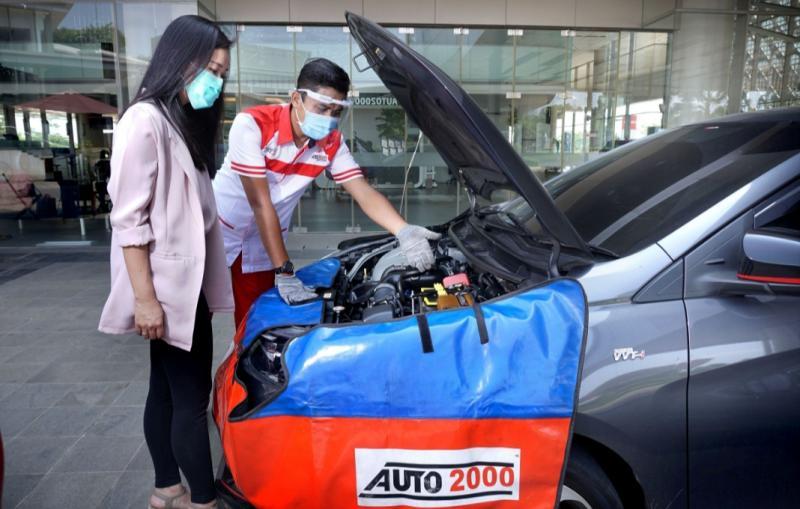 Petugas THS-Auto2000 Home Service sedang menjelaskan perawatan kendaraan ke pelanggan