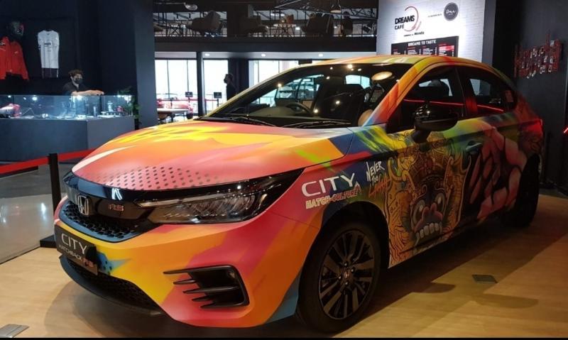 Honda City Hatchback RS pemenang dan hasil kolaborasi Nevertoolavish dipajang di Dreams Cafe Senayan Park Jakarta