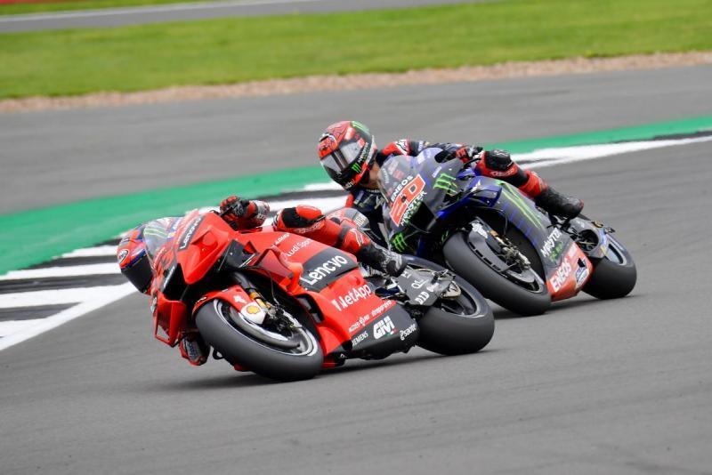 Francesco Bagnaia (Ducati) versus Fabio Quartararo (Yamaha), sudah menyerah dengan sadar. (Foto: speedcafe-motogp)