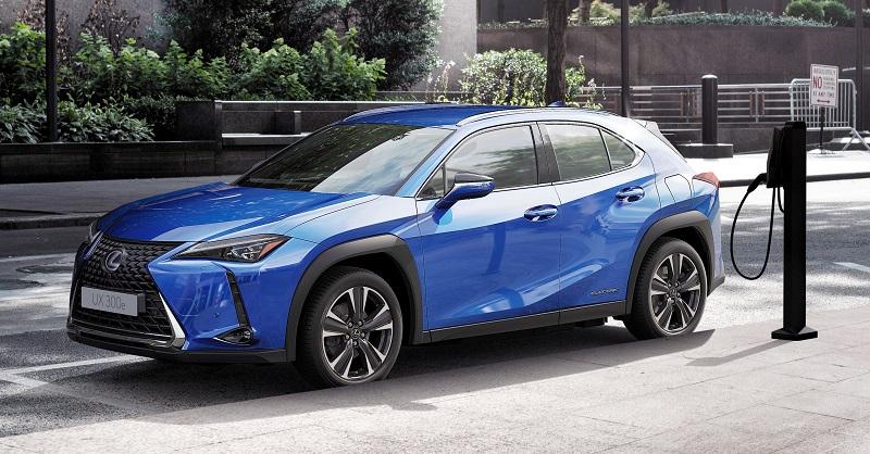 Mobil listrik Lexus yang sementara melakukan pengecasan baterai sebagai sumber tenaganya