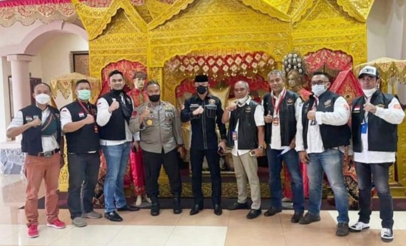 Ketum HDCI Pusat Irjen Pol Teddy Minahasa Putra (tengah) disambut komunitas HDCI Sumbar di Bandara International Minangkabau, Padang.