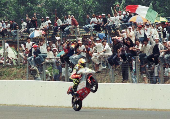 Selebrasi Valentino Rossi saat juara kelas 125 cc GP Indonesia 1997 di Sirkuit Sentul. (Foto: goodnewsfromindonesia)