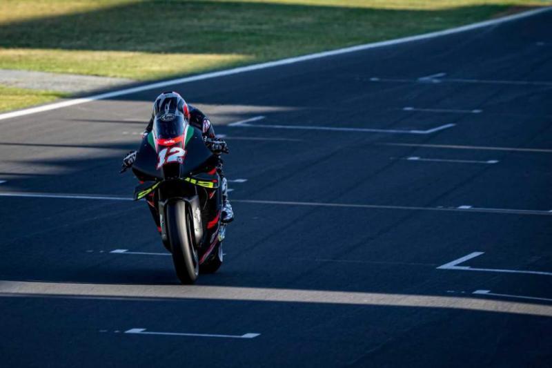 Maverick Vinales (Spanyol), tenang dan senang di garasi Aprilia tapi mulai garang di lintasan. (Foto: therace)