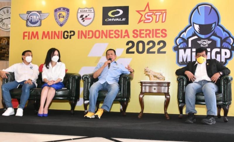 Bamsoet (kedua dari kanan) didampingi Mahrani, Happy Harinto dan Dyan Dilato pada preskon FIM MiniGP Indonesia Series Road to MotoGP di Mandalika di Jakarta hari ini