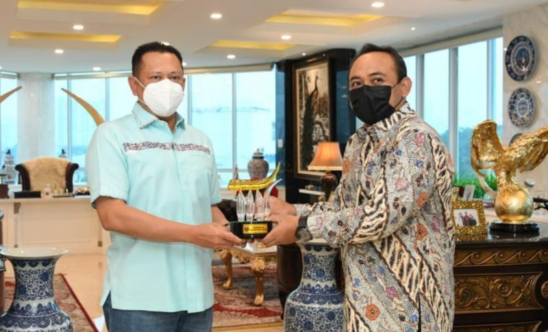 Bupati Ngawi Ony Anwar Harsono (baju batik) memberikan cendera mata kepada Bamsoet di Jakarta hari ini