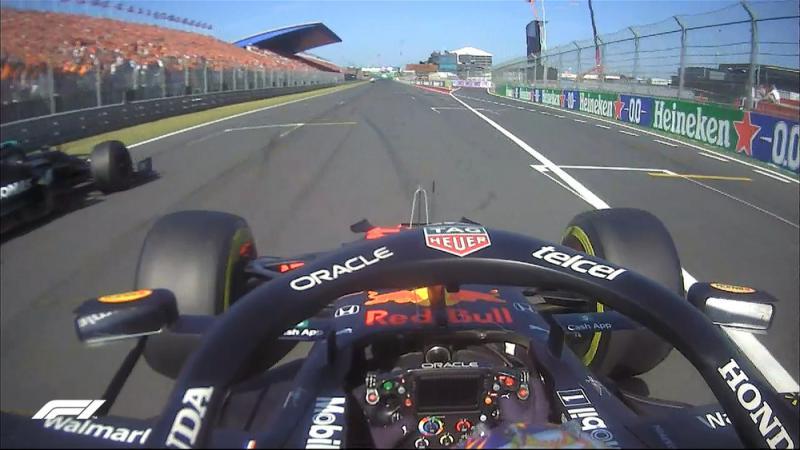 Momen saat Valtteri Bottas `beri jalan` Max Verstappen di GP Belanda. (Foto: f1)