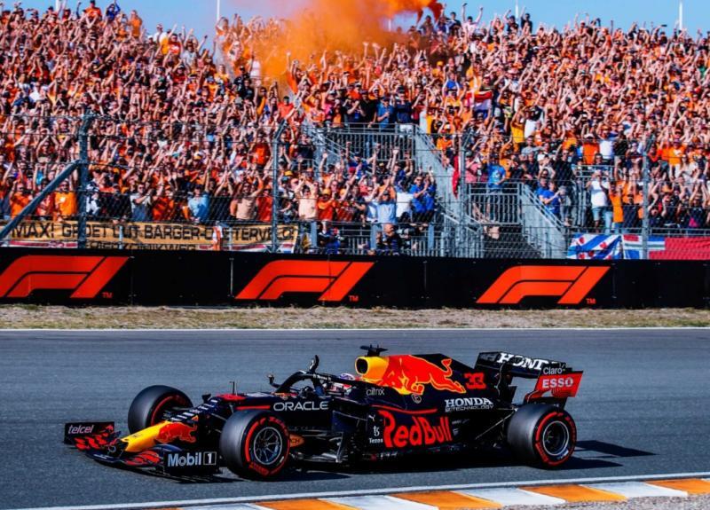 Sebagai pembalap tuan rumah, Max Verstappen mendapat support luar biasa dari The Orange Army julukan untuk fans beratnya