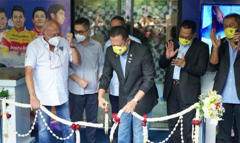 Bamsoet menggunting pita menandai peresmian kantor IMI Pusat di GBK Senayan, Jakarta, Jumat (10/9/2021) hari ini