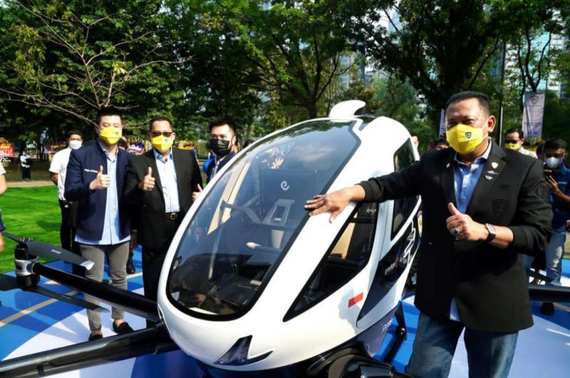 Bamsoet memamerkan taksi terabng EHang 216 di acara peresmian kantor IMI Pusat di kawasan GBK Senayan