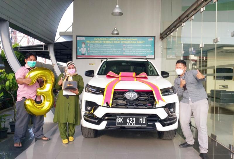 Arianto (kiri), pedagang baso yang 3 kali membeli mobil baru Toyota di Auto2000 saat menerima penyerahan Toyota Fortuner