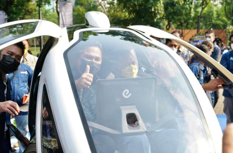 Menteri BUMN Erick Thohir acungkan jempolnya saat duduk kabin taksi terbang listrik EHang 2016 didampingi Bamsoet