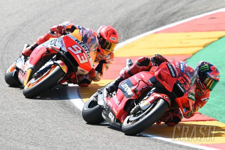 Menu utama GP Aragon 2021, duel Francesco Bagnaia versus Marc Marquez di 3 lap terakhir. (Foto: crash.net)