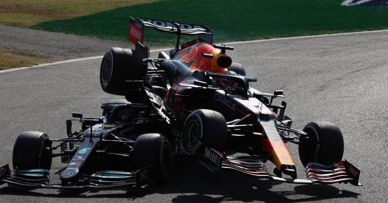 Lewis Hamilton mengaku roda belakang mobil Max Verstappen sempat menghajar helm dan menekan lehernya. (Foto: planetf1)