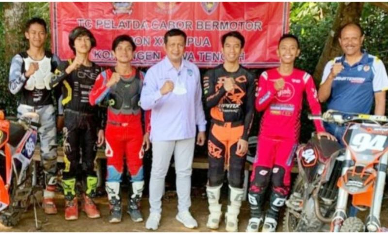 Ketua IMI Provinsi Jawa Tengah Frits Yohanes (tengah) bersama tim motocross Jateng yang akan berjuang di PON XX Papua, 6-9 Oktober 2021. (foto : beritabalap.com)