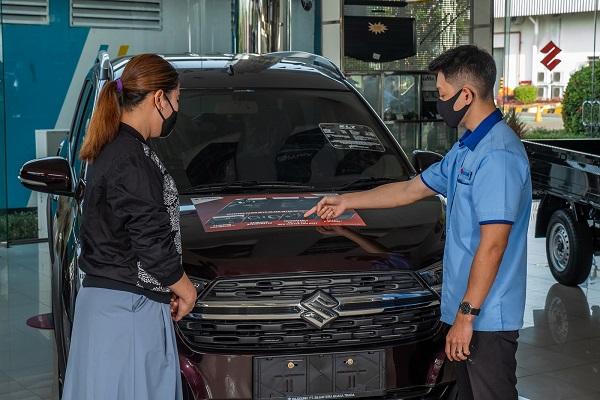Marketing Suzuki Finance saat memberikan penawaran kepada konsumen