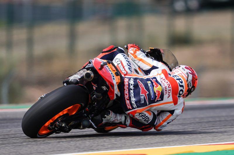Masuk dan keluar tikungan kanan, sepertinya kondisi tangan dan bahu kanan Marc Marquez tak lagi bermasalah. (Foto: repsolhonda)