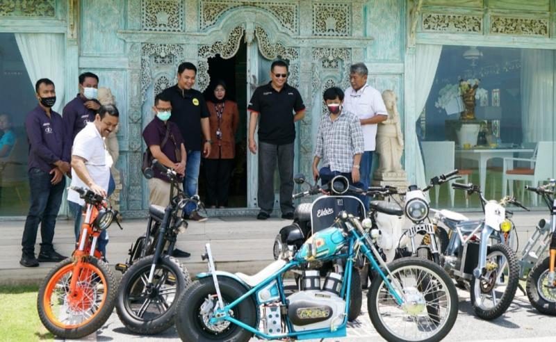 Bamsoet terimakomunitas kendaraan listrikDewata EVi Association di kediamannya, di Bali