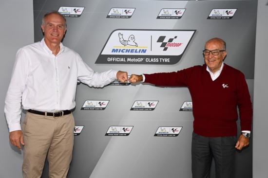 Florent Menegaux (CEO Michelin, kiri) bersama CEO Dorna Sports Carmelo Ezpeleta, kesepakatan 1 dekade. (Foto: michelin)