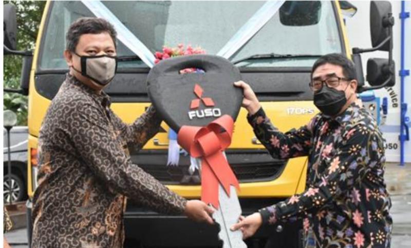 Direktur Sales & Marketing KTB, Duljatmono serahkan kunci mobil secara simbolis kepada PT Batavia Prosperindo Trans