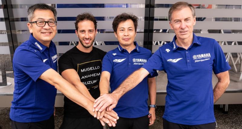 Andrea Dovizioso (dua dari kiri) di antara para petinggi Yamaha, dapat dukungan penuh dari pabrikan. (Foto: yamaharacing)