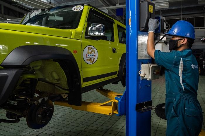 Teknisi Suzuki melakukan pemeriksaan terhadap unit Suzuki aq Jimny yang bermasalah