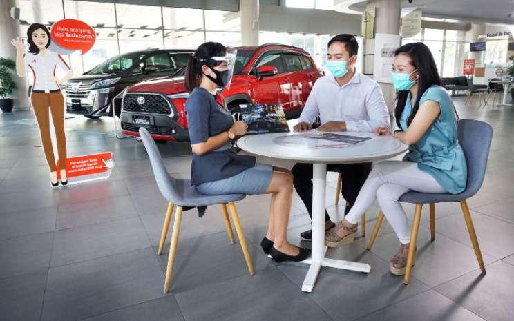 Tenaga penjualan dealer melayani pembelian mobil di masa PPnBM 100% di salah satu dealer