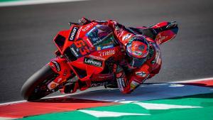 Fransesco Bagnaia (Italia/Ducati) gagalk menjegal Fabio Quartararo di Misano. (Foto: ist)