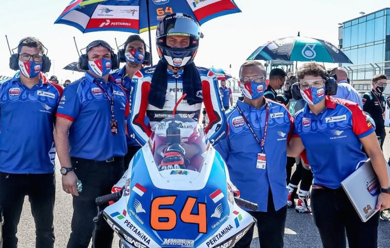 Kemalsyah Nasution (kedua dari kanan) bersama Bo Bendsneyder jelang balapan Moto2 San Marino, Italia, Minggu (19/9/2021)
