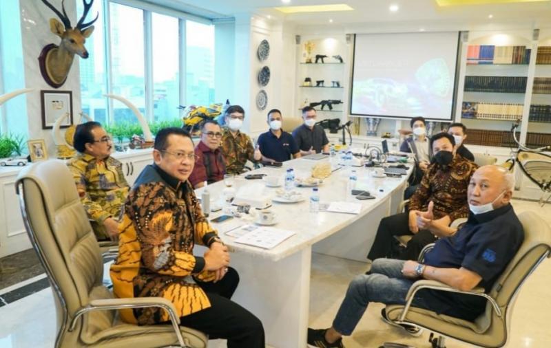 Bamsoet ditemani H Tinton Soeprapto menerima jajaran WIR Group di Jakarta hari ini