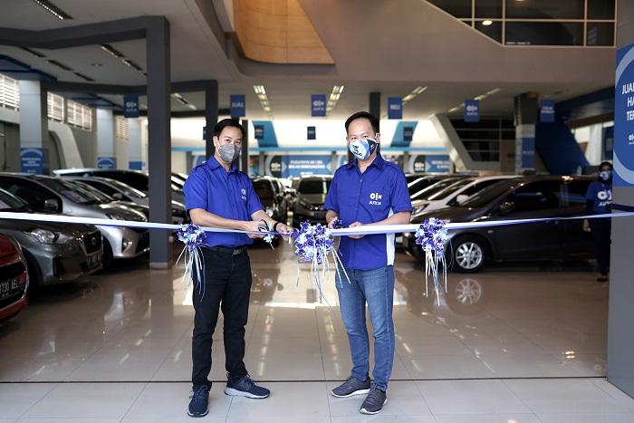 Petinggi OLX Autos meresmikan store barunya di Bandung