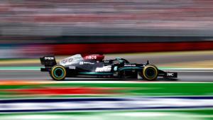 Mercedes W12 besutan Lewis Hamilton, masih bertahan dengan mesin lama dengan sisa 8 balapan tahun ini. (Foto: racingnews365-mercedes)