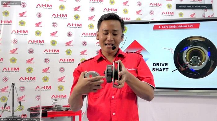 Seorang teknisi Honda sharing pengetahuan teknis dengan para guru SMK