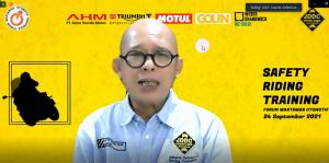Founder Jakarta Defensive Driving Consulting (JDDC), Jusri Pulubuhu  saat memberikan materi dalam Safety Riding Training bersama FORWOT